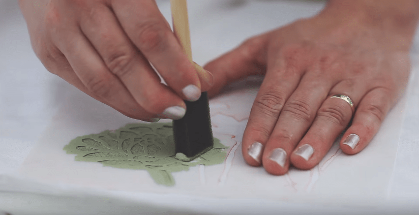 Fabric Painting with Chalk & Clay Based Paint #DIY #fabricpainting #fabricdyeing #stenciling #howto #tutorial #videotutorial #paintingtechniques - blog.countrychicpaint.com