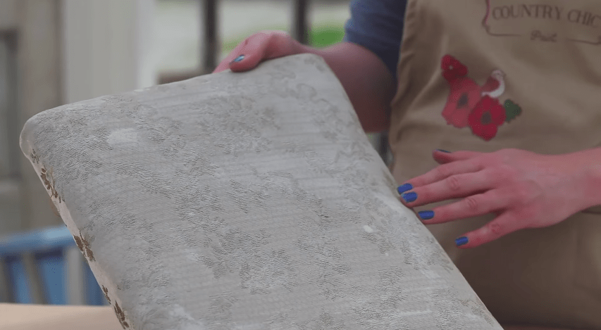 Upholstered Furniture Painting Tutorial #upholstery #DIY #furniturepainting #fabricpainting #tutorial #videotutorial #howto - www.countrychicpaint.com/blog