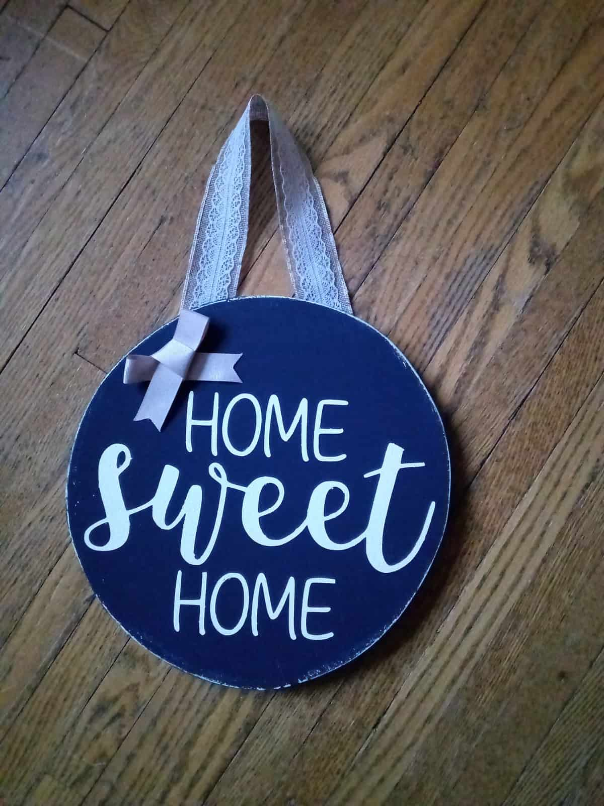 Seasonal Door Hanger Craft Project with furniture paint from Country Chic Paint