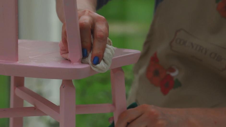How to Wet Distress Chalk-Based Paint #DIY #furniturepainting #paintedfurniture #wetdistressing #layeredcolors #homedecor - www.countrychicpaint.com/blog