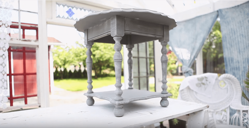 How to Finish Painted Table Tops #DIY #videotutorial #tutorial #howto #topcoat #toughcoat #sealant #furniturepainting #paintedfurniture #homedecor #tabletops - blog.countrychicpaint.com