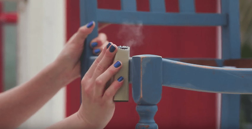 How To Distress Furniture With Sandpaper #diy #distressing #howto #videotutorial #tutorial #furniturepainting #shabbychic - www.countrychicpaint.com/blog